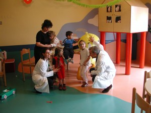 Vittoria Baraldini con i piccoli pazienti del Buzzi